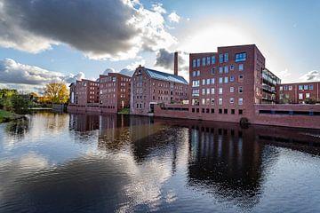 Lagerhäuser in der Hansestadt Deventer am Wasser mit Spiegelung von VOSbeeld fotografie