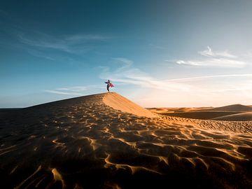 Tanzend in der Wüste von Justin van Tol