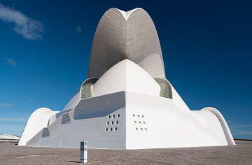 Auditorio de Tenerife contre le ciel bleu clair . sur Adri Vollenhouw