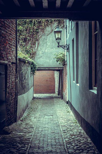 Steegje in het oude centrum van Vlissingen (Zeeland) van Fotografie Jeronimo
