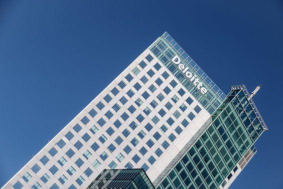 Maastoren in Rotterdam met een blauwe lucht van Mark De Rooij