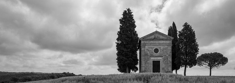 Monochrome Tuscany in 6x17 format, Cappella Madonna di Vitaleta van Teun Ruijters