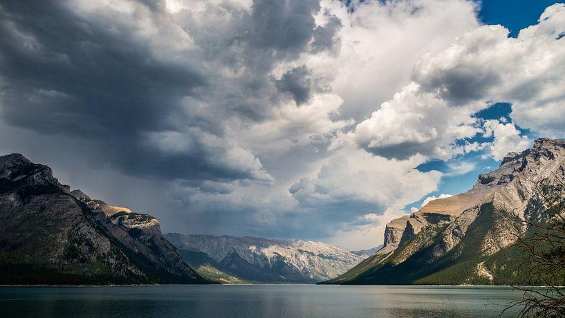 Clouds over Lake Minnewanka von Peter Vruggink