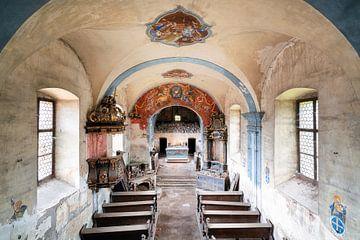 Église abandonnée en décadence. sur Roman Robroek