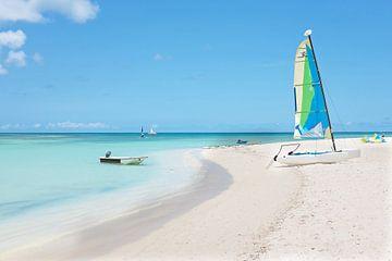 Segelboot am Strand von Aruba in der Karibik von Nisangha Masselink