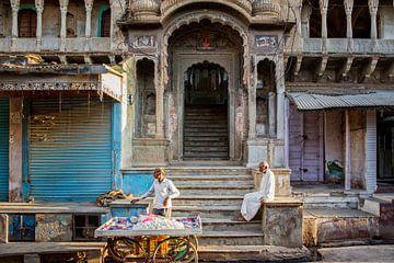 mensen aan het werk op straat in Jodhpur, India van Tjeerd Kruse