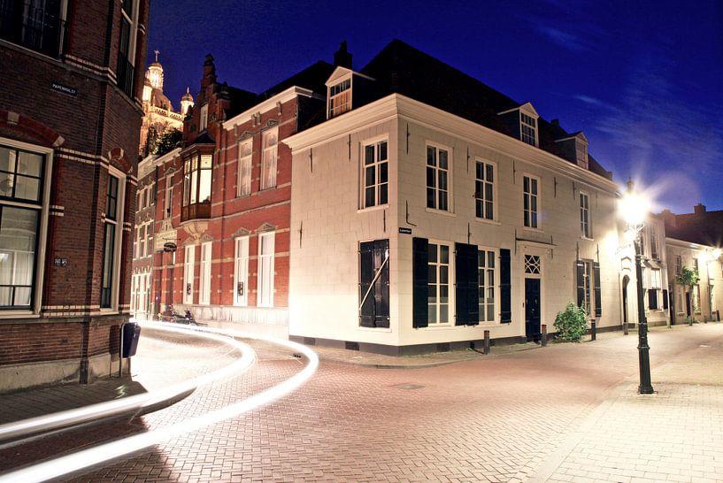 Clarastraat van 's-Hertogenbosch avonds tijdens het blauwe uur van Jasper van de Gein Photography