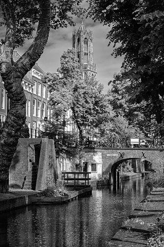 De Domtoren van Utrecht in zwart-wit gezien vanaf de Nieuwegracht van