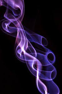 Violette wierook op een zwarte achtergrond van