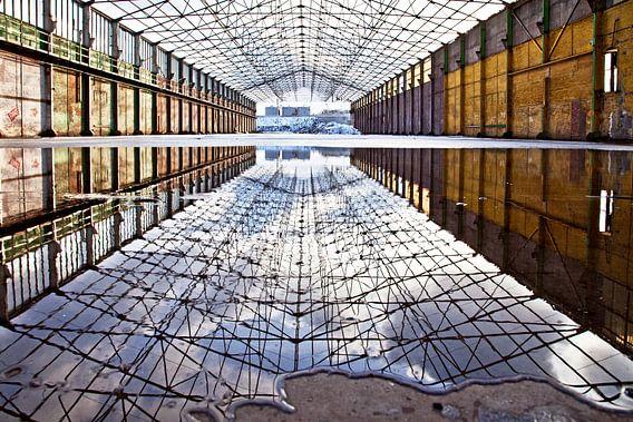 Wolken spiegeling loods van Inge Wiedijk