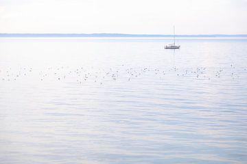 Boot op zee van Tot Kijk Fotografie: natuur aan de muur