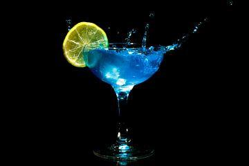 Blue curacao cocktail splash met een schijfje citroen van Nisangha Masselink