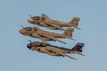 Formatie van 3 Grumman EA-6B Prowlers tijdens afscheidsceremonie op MCAS Cherry Point. van Jaap van den Berg