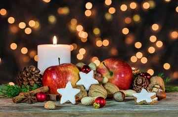 Fonkelende kerstverlichting met voedsel en kaars decoratie van Alex Winter