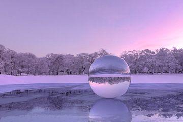 Glaskugel auf gefrorenem See im Abendlicht von Besa Art