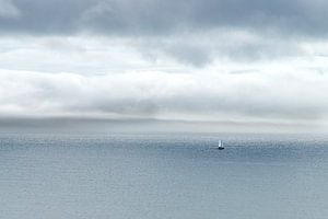 Lucht en zee en lucht en zee en zeilbootje van Marly De Kok