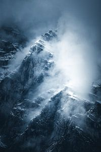 Bergtoppen komen door de wolken uit. van Dylan Shu