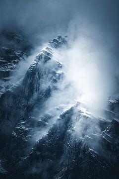 Berggipfel treten durch die Wolken hervor. von Dylan Shu