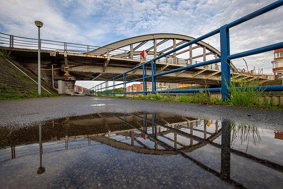 de brug over de Leie in Menen na een regenbui, Belgie van Krist Hooghe