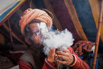 Blowende Sadhu tijdens Kumbh Mela in Haridwar, India sur Wout Kok