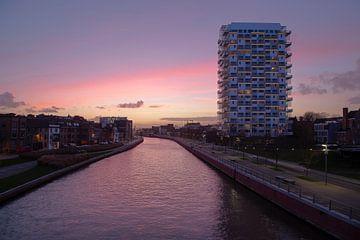 le pont cycliste sur la Lys à la K Tower pendant le coucher du soleil, Kortrijk, Belgique