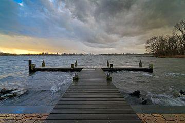 De sombres nuages sur le lac Kralingen à Rotterdam sur Anton de Zeeuw
