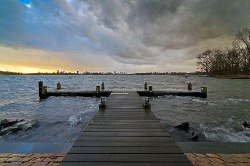 Donkere wolken boven Kralingse plas te Rotterdam van Anton de Zeeuw