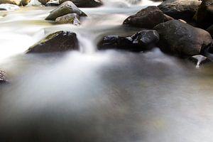 Stromend water tussen de rotsen op Lombok