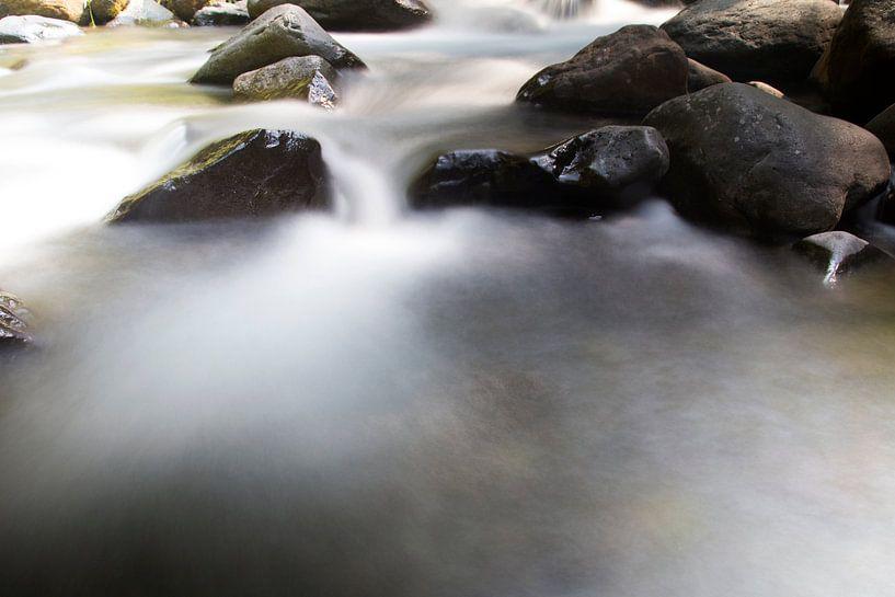 Stromend water tussen de rotsen op Lombok van Willem Vernes