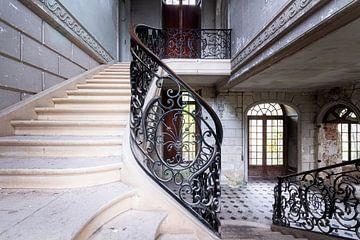 Bel escalier dans le château abandonné. sur Roman Robroek