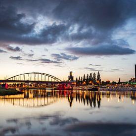 Avond valt over Arnhem van Fokko Erhart