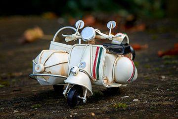 Stoere speelgoed scooter met Italiaanse kleuren van Jenco van Zalk