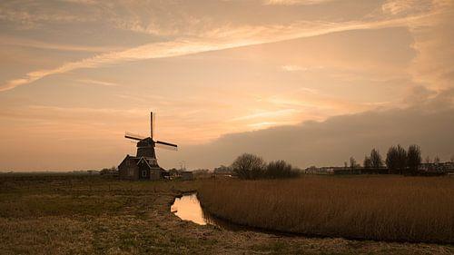 Molen bij zonsondergang in Volendam