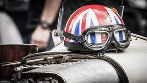 Helm op motorkap van Arjan van Triest