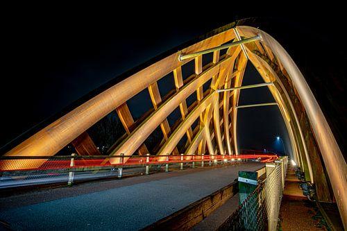 Moderne houten viaduct van Sneek in de avond