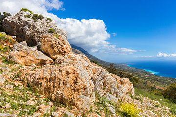 Orange Felsen auf dem Berg an der Küste von Kefalonia Griechenland von