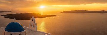 Zonsondergang over de Egeïsche Zee met kerk / kapel op Santorini in Griekenland van Fine Art Fotografie