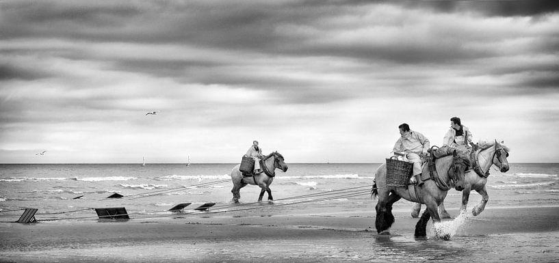 Garnalenvissers op het strand van Ada van der Lugt