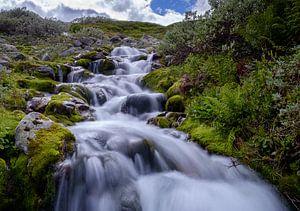 Een kleine waterval bij Heddersvatn van