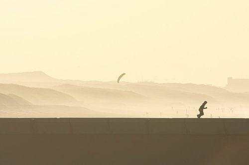 Rennende jongen bij zonsondergang van