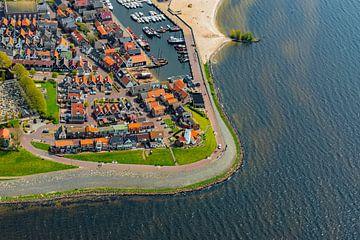 Luchtfoto op het voormalige eiland Urk aan de IJsselmeerkust van Sjoerd van der Wal