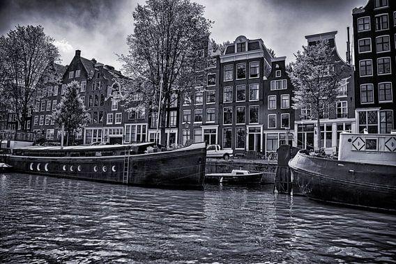 woonbootjes en grachtenpandjes aan de Prinsengracht op een heerlijk zomerse dag