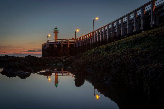 de pier van Nieuwpoort langs de belgische kust tijdens het blauwe uurtje, Belgie van Krist Hooghe