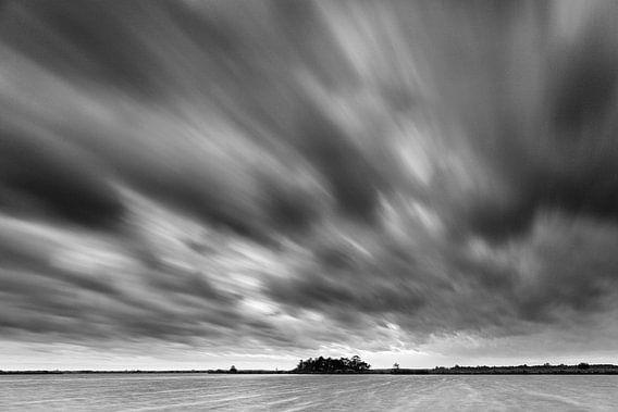 Dreigende lucht boven Leekstermeer (zwart-wit)