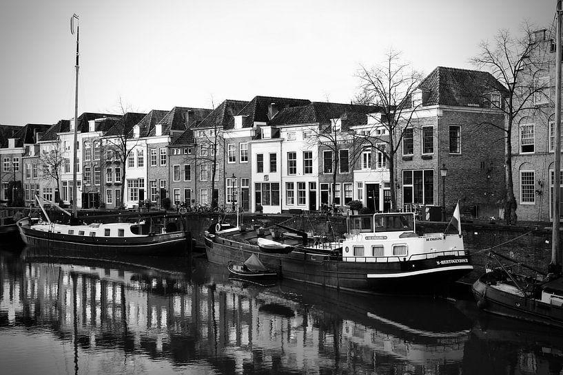 De Brede haven van Den Bosch ( zwart wit ) vanaf boombrug van Jasper van de Gein Photography