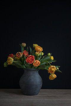 Stillleben mit Tulpen in einer Keramik-Vase Porträt von John van de Gazelle