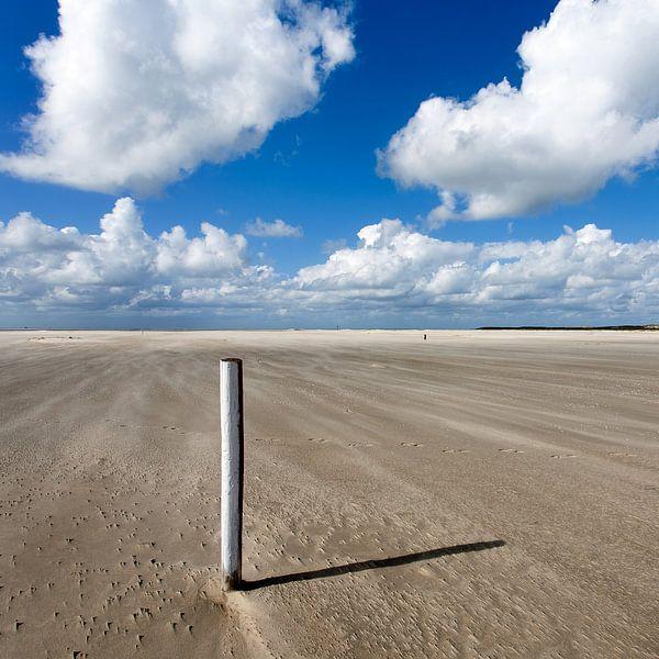 Eenzame paal op het strand van de Hors op Texel van Hans Kwaspen