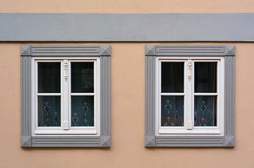 zwei Fenster an einem Wohnhaus in Quedlinburg von Heiko Kueverling