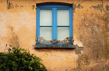Mediterrane muur met blauw raamkozijn. van Ellen Driesse