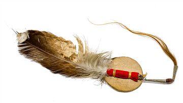 Adlerfeder mit Pferdehaar  als Indianischer Haarschmuck freigestellt auf weiß ated on white von Hans-Jürgen Janda